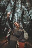 Trevlig grabb och en flicka tillsammans utomhus Royaltyfri Foto