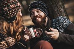Trevlig grabb och en flicka tillsammans utomhus Fotografering för Bildbyråer