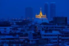 Trevlig guld- bergtempel i Bangkok Thailand Arkivfoto