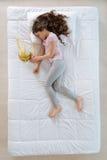 Trevlig gullig flicka som sover nära karnevalmaskeringen Arkivfoton