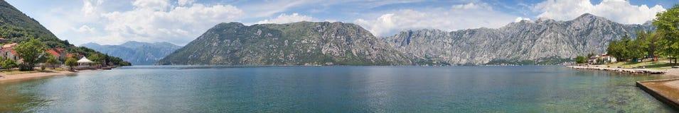 trevlig havssikt för berg Arkivbilder