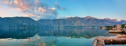 trevlig havssikt för berg Arkivfoto