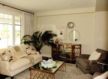 Trevlig hemtrevlig vardagsrum i ett nytt hus royaltyfri fotografi