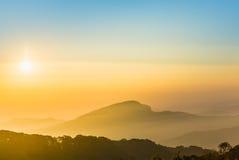 Trevlig himmel med berget i soluppgångtid Royaltyfri Fotografi