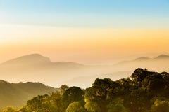 Trevlig himmel med berget i soluppgångtid Royaltyfri Bild