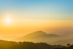 Trevlig himmel med berget på soluppgångtid Fotografering för Bildbyråer