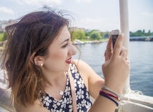 Trevlig italiensk flickaskytte med hennes telefon Arkivfoton