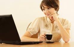Trevlig kvinna med en bärbar dator Arkivfoton