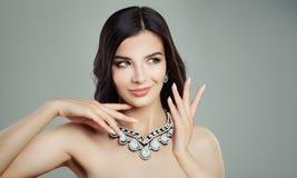 Trevlig kvinnamodemodell som bär Diamond Jewelry Necklace Arkivfoton