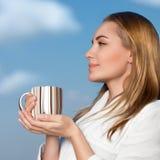 Trevlig kvinnlig med kopp te royaltyfri fotografi