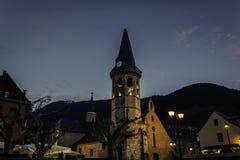 Trevlig kyrka i en liten by exponerad på natten royaltyfri bild