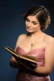 Trevlig läsebok för ung kvinna arkivbild