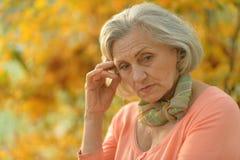 Trevlig ledsen gammal kvinna Arkivfoto