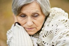 Trevlig ledsen gammal kvinna Royaltyfria Bilder