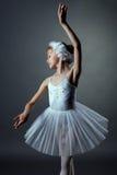 Trevlig liten flickadansroll av den vita svanen Arkivfoto