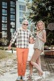 Trevlig lycklig enig familj som tillsammans spelar badminton royaltyfria foton