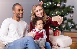 Trevlig lycklig familj som poserar för ett foto royaltyfri bild