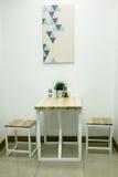 Trevlig matställetabell med två stolar Arkivbilder
