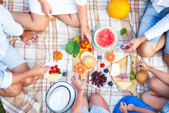Trevlig ny mat och korg på gräset Mat- och drinkbegrepp Arkivbild