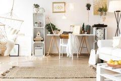 Trevlig och hemtrevlig workspace royaltyfria foton