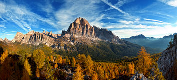 Trevlig panoramautsikt av italienare Dolomities fotografering för bildbyråer