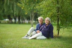trevlig pensionär för par royaltyfri bild