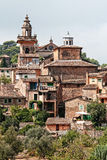 Trevlig perspektivisk förkortning av Valdemossa, Majorca, Spanien Arkivfoto