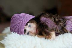 trevlig purpur litet barn för flickahatt Royaltyfria Bilder