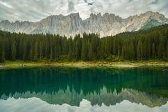 Trevlig reflexion av Dolomites i Lago di Carezza arkivfoton