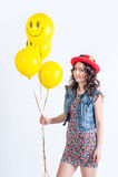 Trevlig rolig flicka med tellowballonger Arkivbilder