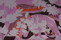 Trevlig rosa tygtextur med och för brunt och vita blommor för apelsin, Arkivbild
