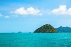 Trevlig seascape med vaggar den gröna ön, Thailand Arkivbild