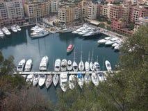 Trevlig segelbåt för stadshavsriviera fartyg i den vita staden för fjärd vid havet Royaltyfri Bild
