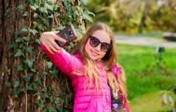 Trevlig selfie r lycklig park f?r barn Sommar naturlig sk?nhet Barndomlycka g?r royaltyfri bild