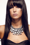 Trevlig sexig brunettstående med smycken Royaltyfri Bild