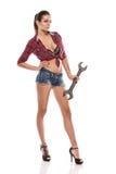 Trevlig sexig skiftnyckel för kvinnamekanikerinnehav Royaltyfri Fotografi