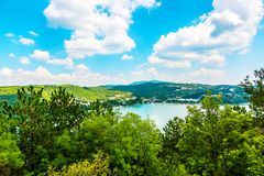 Trevlig sikt av Abrau-Durso sjön i Kaukasus berg Arkivfoto