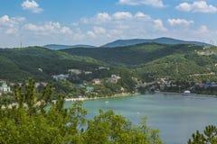 Trevlig sikt av Abrau-Durso sjön i Kaukasus berg Royaltyfri Bild
