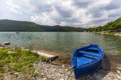Trevlig sikt av Abrau-Durso sjön i Kaukasus berg, Ryssland Royaltyfri Fotografi