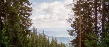 Trevlig sikt av bergen Fotografering för Bildbyråer