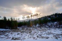 Trevlig sikt av bergen i solnedgångljuset arkivbild