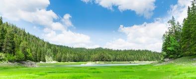 Trevlig sikt av den blåa sjön och berg Arkivfoto
