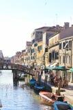 Trevlig sikt av den forntida kanalen i Venedig (Italien) Arkivfoton