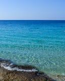 Trevlig sikt av den steniga kusten för havskust och det varma azura havet Royaltyfria Bilder