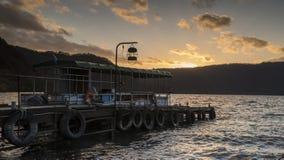 Trevlig sikt av ett sightfartyg som kryssar omkring på höstsjön Towadako Royaltyfri Foto