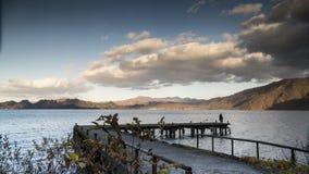 Trevlig sikt av ett sightfartyg som kryssar omkring på höstsjön Towadako Arkivfoto