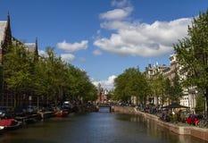 Trevlig sikt av kanalen i mitten av staden Bro och typiska holländska hus i sommardagen Fotografering för Bildbyråer