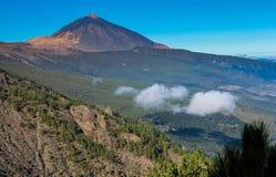 Trevlig sikt på Pico del Teide med en klar blå himmel - Tenerife, kanariefågelöar Royaltyfria Bilder