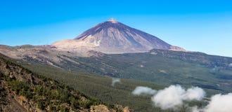 Trevlig sikt på Pico del Teide med en klar blå himmel - Tenerife, kanariefågelöar Fotografering för Bildbyråer