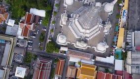 Trevlig sikt uppifrån av hus med belade med tegel tak Bästa sikt av moderna och gamla hus av staden Cityscape av staden och Arkivfoton